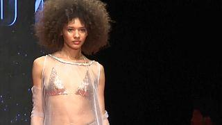 Nijerya'da moda haftası: Campbell yeniden podyumda
