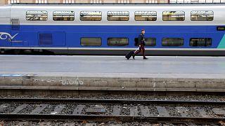 اعتصاب کارکنان سیستم حمل و نقل ریلی فرانسه و سرگردانی مسافران