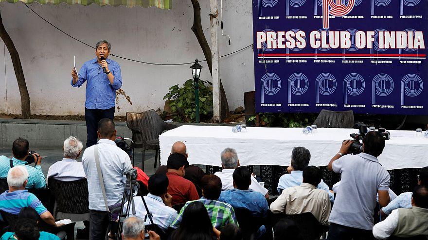 India, retromarcia sulle fake news
