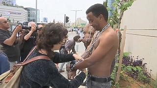 شاهد: المهاجرون الأفارقة يحتجون على نتنياهو بالسلاسل والأغلال