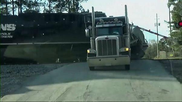حادث اصطدام مروع بين قطار وشاحنة في ولاية جورجيا الاميركية