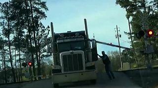 ویدئو؛ لحظه هولناک تصادف قطار با کامیون