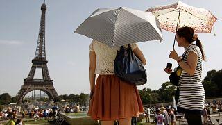 Des touristes regardent la Tour Eiffel