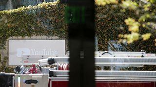 Bombeiros, polícia e equipas de emergência junto à sede do Youtube