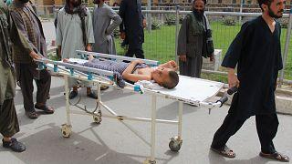 طفل يتلقى العلاج بعد إصابته بالضربة الجوية الحكومية بأفغانستان