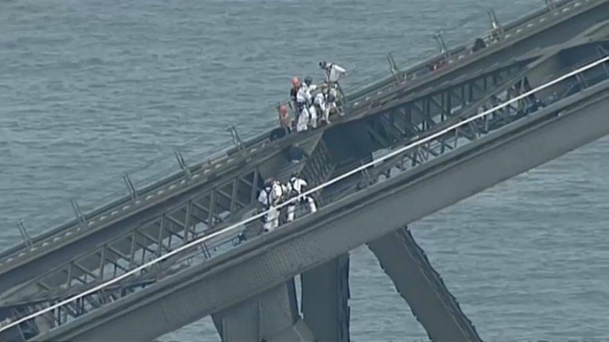Sidney: un uomo tenta di scalare il Sidney harbour Bridge