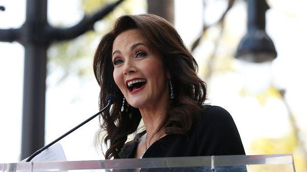 الممثلة الأمريكية ليندا كارتر أثناء مراسم حصولها على  نجمة في ممر هوليوود