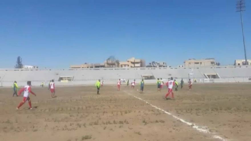 Match de foot historique dans le stade de Raqqa