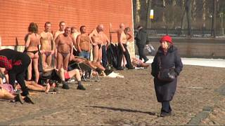 Петербуржцы сбрасывают одежду
