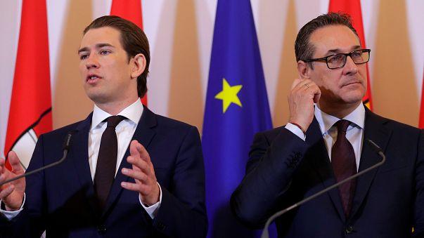 مستشار النمسا كورتس (يسار) ونائبه شتراخا