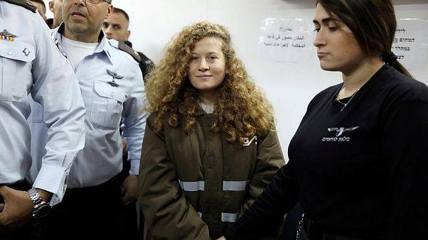 هد التميمي لدى دخولها قاعة محكمة عسكرية في سجن عوفر بالقرب من رام الله.