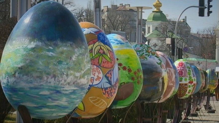 500 Riesen-Ostereier zieren Kiews Zentrum