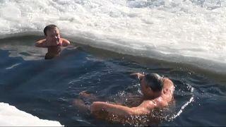 شنا و آفتاب گرفتن در دمای نزدیک به صفر درجه