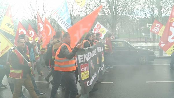 Francia: sciopero ferrovie, continuano i cortei