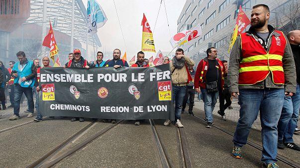 شاهد: المسافرون الفرنسيون يتحدون الإضراب باقتحام القطارات من خلال النوافذ