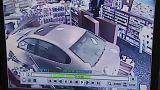 Auto rast in Apotheke: Kunden rennen um ihr Leben