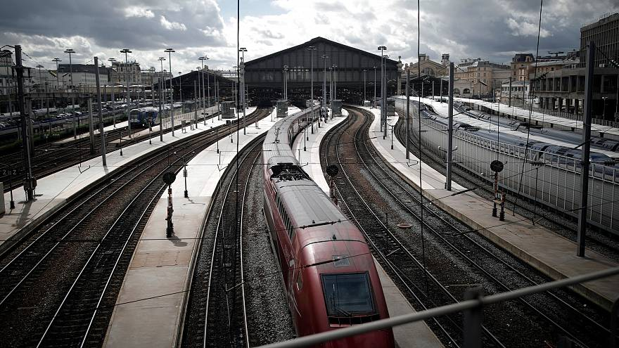قطار TGV الفرنسي السريع في إحدى محطات العاصمة باريس
