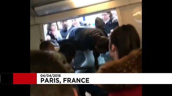Des passagers entrent dans le RER... par la fenêtre
