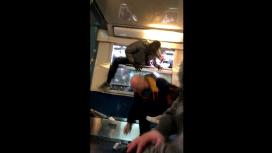Pasajeros trepan por las ventanillas del tren en París el primer día de la huelga