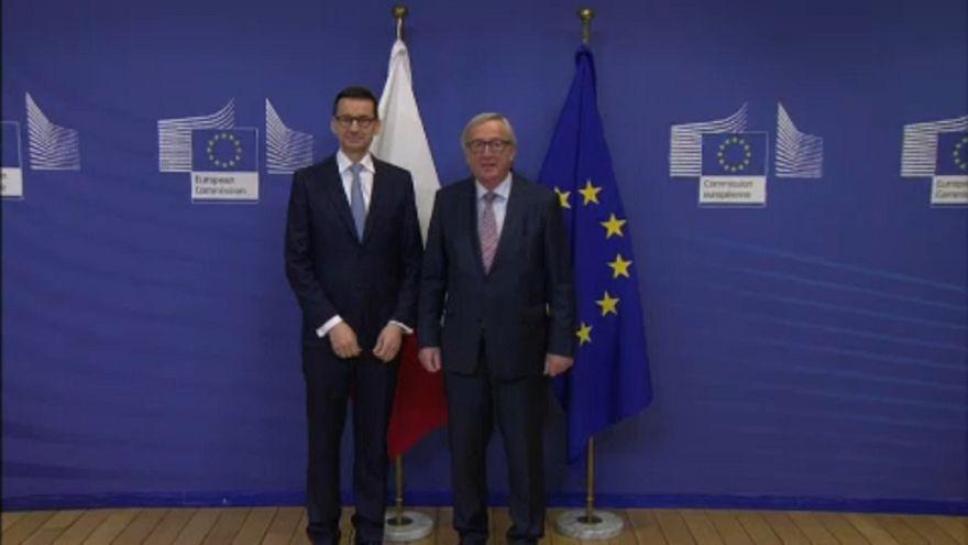 O PM polaco Mateusz Morawiecki e Jean-Claude Juncker