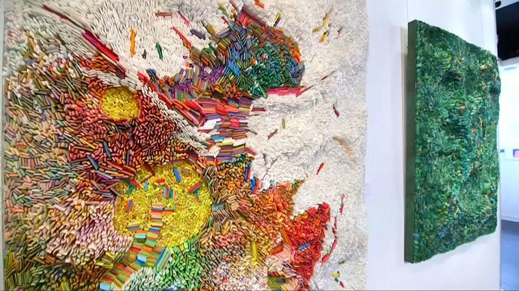 Binlerce kağıt parçasından tablolar yapıyor
