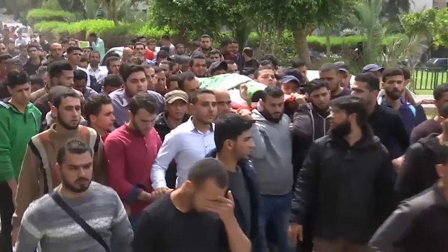 شاهد: جنازة مهيبة بعد مقتل فلسطيني بنيران إسرائيلية