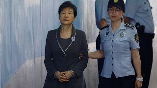 Экс-президент Южной Кореи Пак Кын Хе приговорена к 24-м годам тюремного заключения - Рейтер
