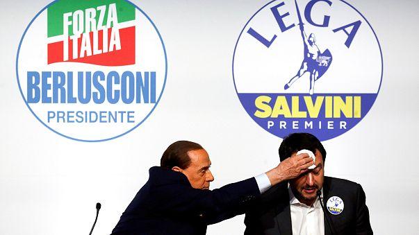 Berlusconi (Forza Italia) wischt Salvini (Lega) den Schweiß von der Stirn