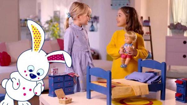 Zwei Mädchen in einer Fernsehwerbung zur neuen Ausgabe der Cicciobello