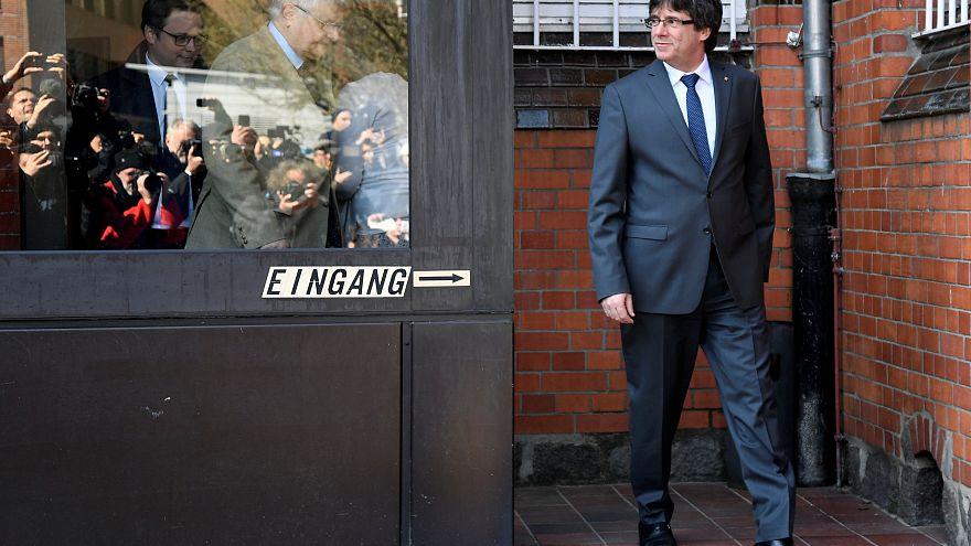 Er ließ die Medien lange warten: Puigdemont tritt aus der JVA Neumünster