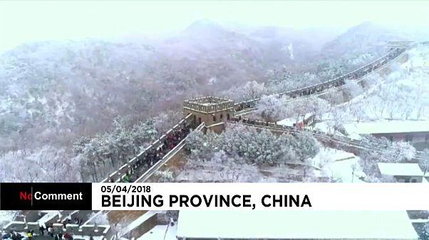 Çin Seddi baharı yaşarken beyaza büründü