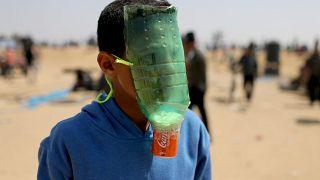 أطفال فلسطين يبتكرون كمامات لمقاومة الغازات الإسرائيلية