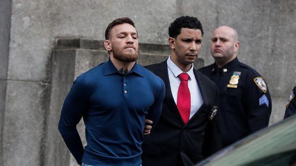 Kampfsportler Conor McGregor schmeißt Sackkarre auf Bus