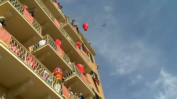 شاهد: جزيرة يونانية تحتفل بعيد الفصح بتكسير الجرار الفخارية
