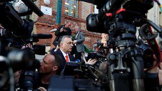 Les Hongrois appelés aux urnes, Orban favori