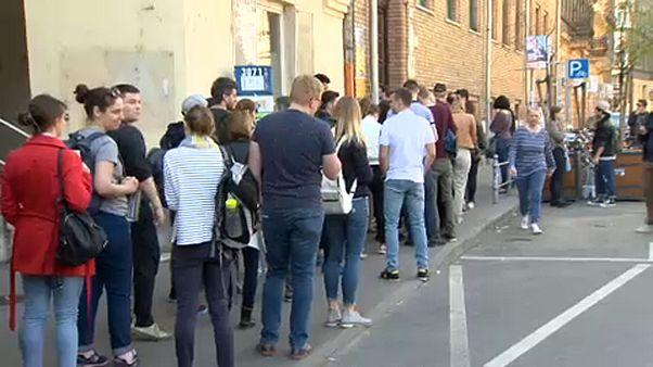 Hosszú sorok a szavazókörök előtt