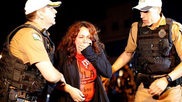 محتجون برازيليون غاضبون من اقتياد لولا دا سيلفا إلى السجن
