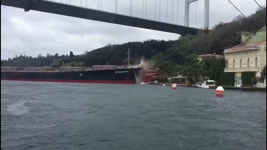 Istanbul, petroliera contro una casa
