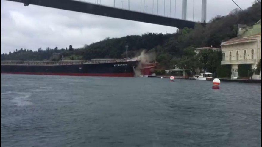 İstanbul Boğazı'nda kaza: Yalıda hasar oluştu