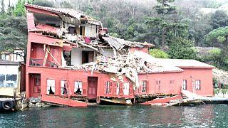 Istanbul: Frachter rast in historisches Gebäude