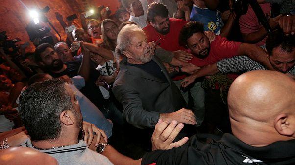 تجمع طرفداران دا سیلوا، رئیس جمهور سابق برزیل در مقابل محل اقامت او