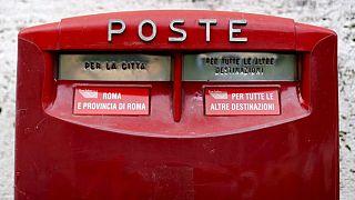 پستچی ناراضی با ۴۰۰ کیلوگرم نامه توزیع نشده بازداشت شد