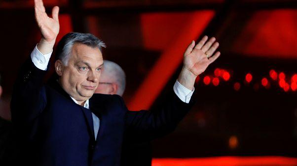 رئيس الوزراء المجري فيكتور أوربان يلوح لأنصاره