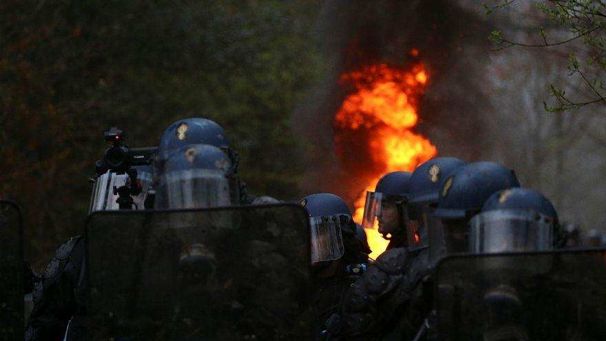 شاهد: الشرطة الفرنسية تقوم بإخلاء أرض مطار نوتردام دي لاند من الناشطين البيئيين