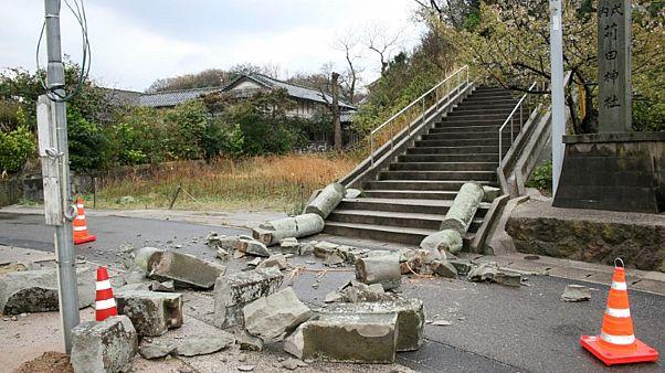 بوابة حجرية مدمرة بسبب سلسلة زلازل بمقاطعة شيمان في اليابان