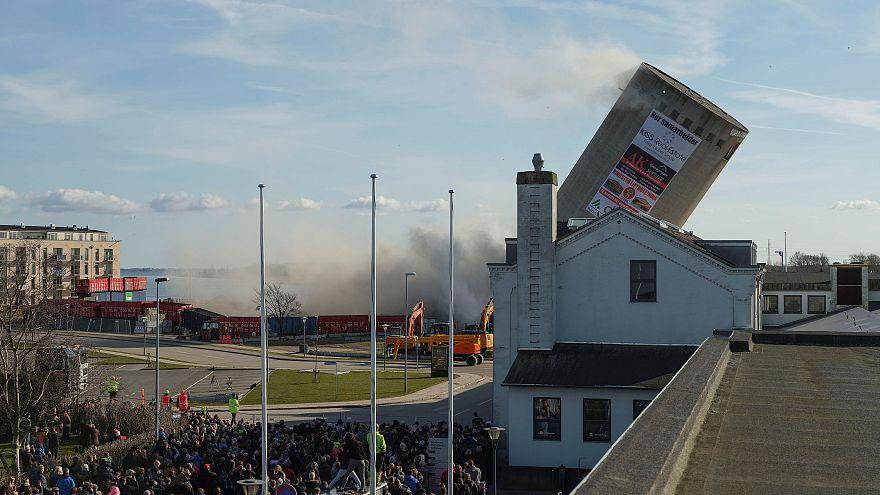 La demolición controlada de un silo termina con una bibiloteca aplastada
