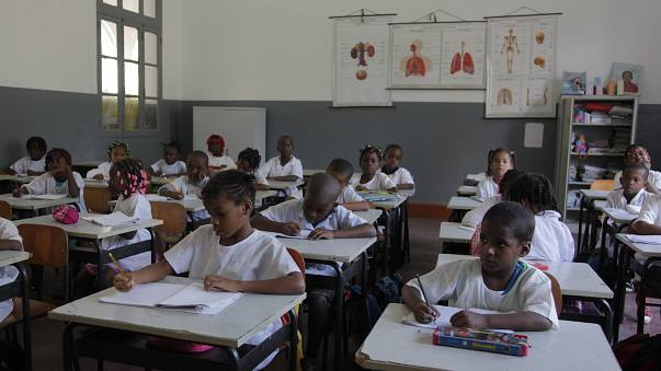 Professores angolanos começam 15 dias de greve