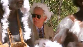 Charles mit Federkrone im Busch