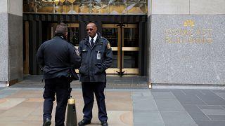 Αστυνομικοί έξω από το κτίριο όπου βρίσκεται το γραφείο του Μάικλ Κόεν