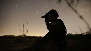 Ein Mitglied der Grenzpatrouille beobachtet den Grenzstreifen